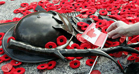 People-laying-their-poppies-at-the-tomb-of-the-unknown-soldier
